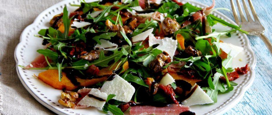 Зеленый салат с хамоном, хурмой, сыром и печеной тыквой