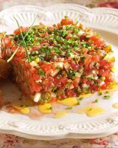Тартар из тунца с авокадо и помидорами черри